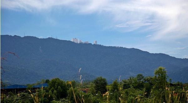 远眺山顶上的云顶酒店