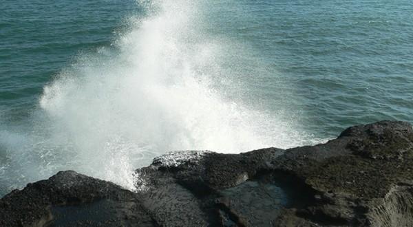 浪拍打着岸