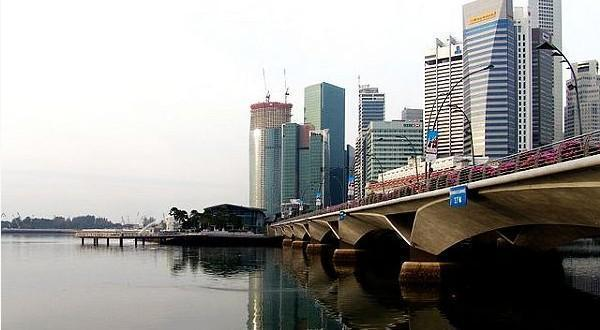 鱼尾狮像位于新加坡河畔