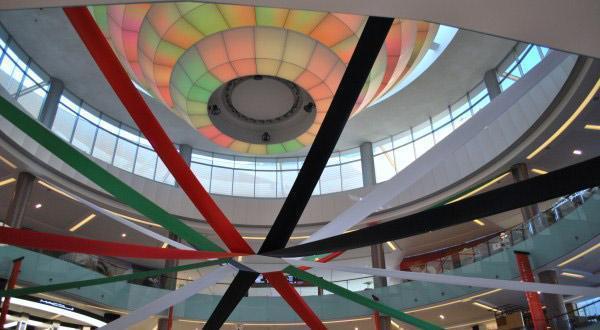 商场里悬挂着国旗色的彩带
