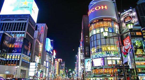 东京银座街头夜景图