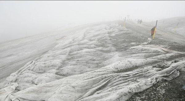 阿尔卑斯雪山大雾笼罩山顶图