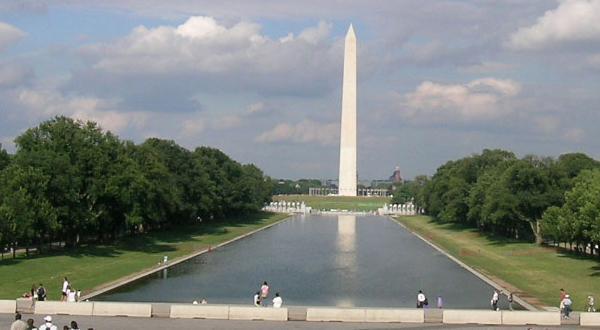 纪念碑远景
