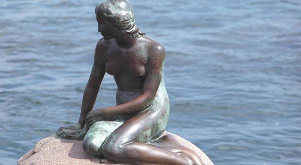 小美人鱼铜像近景