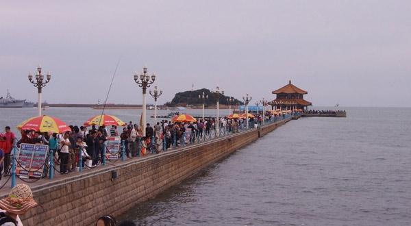 青岛栈桥上的游客