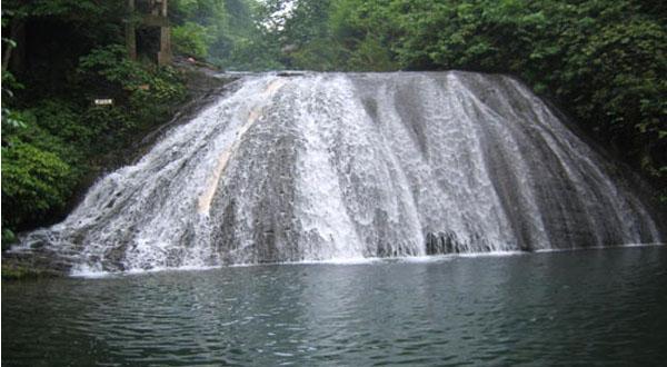 古东森林瀑布一景