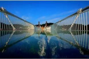 【湘荟张家界双飞5日】张家界国家森林公园、魅力湘西表演、云天渡玻璃桥、天门山(玻璃栈道)、凤凰古城